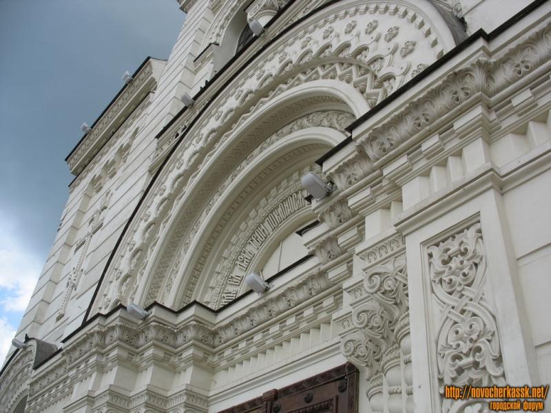 Над входом в собор