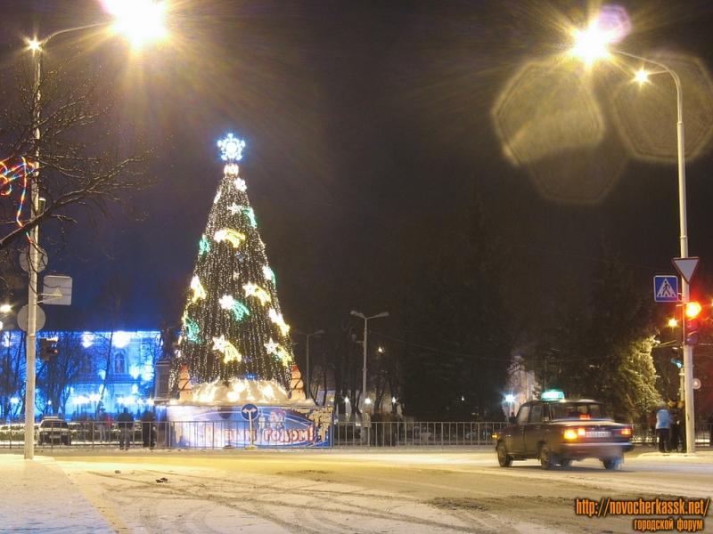 Новогодняя елка на пересечении Московской и Платовского проспекта