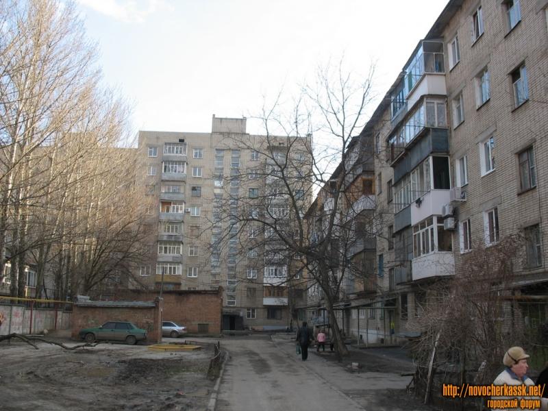 Во дворе домов рядом с архитектурным управлением, угол 26 Бакинских комиссаров и Народной