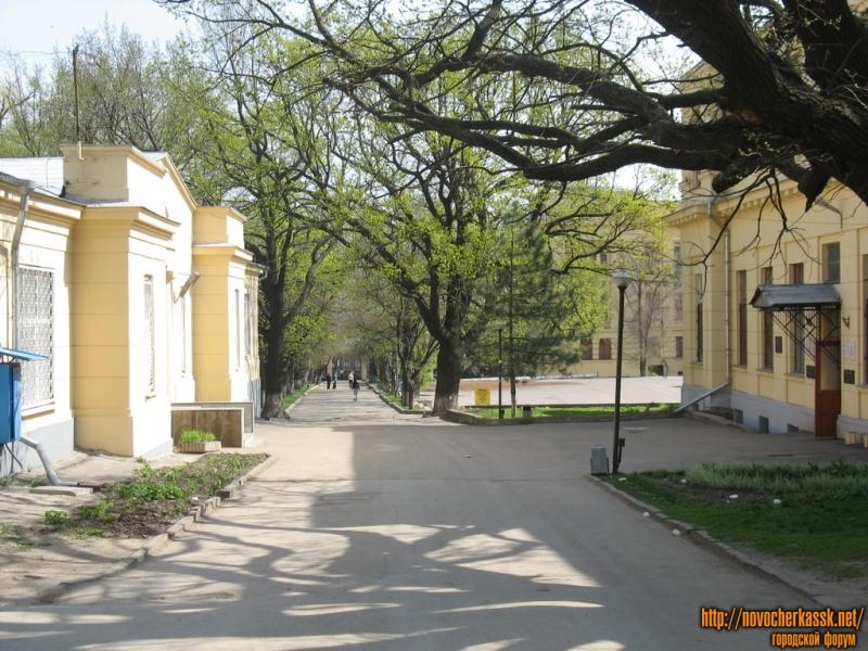 Аллея ЮРГТУ (НПИ). Справа — Энергетический факультет, слева — столовая