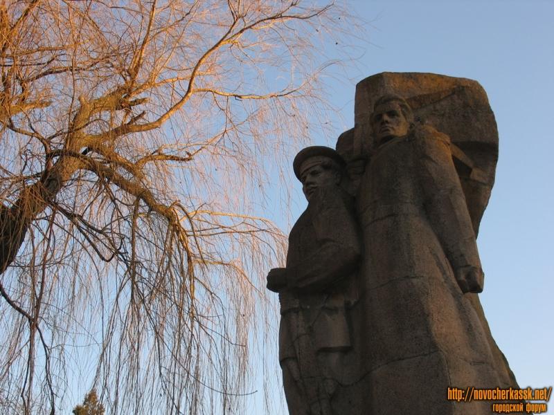Памятник Подтелкову и Кривошлыкову, площадь Троицкая