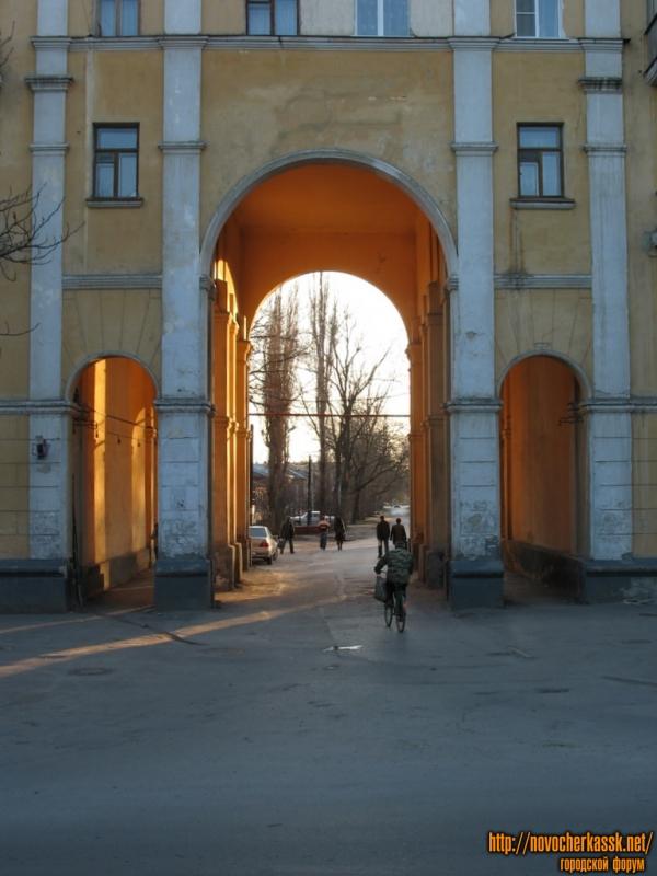 Арка дома на Троицкой площади, между Баклановским и Московской