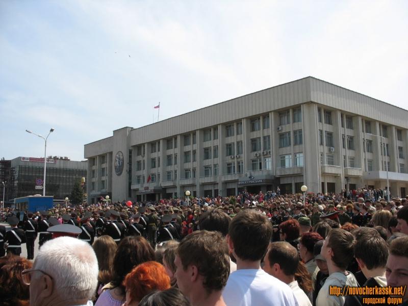9 мая, парад на Платовском проспекте. Здание администрации города