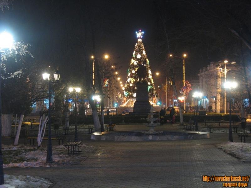 Новогодняя ёлка и памятник Платову