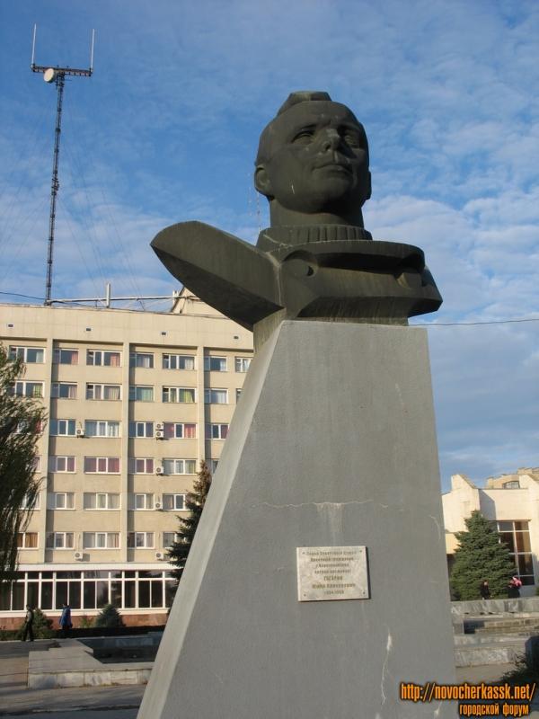 Памятник Юрию Гагарину, почетному гражданину Новочеркасска, перед гостиницей Новочеркасск
