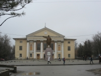 Площадь перед домом культуры. Памятник Ленину