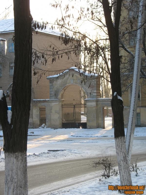 Перекресток Орджоникидзе и Просвещения, ворота во двор студентческой поликлиники