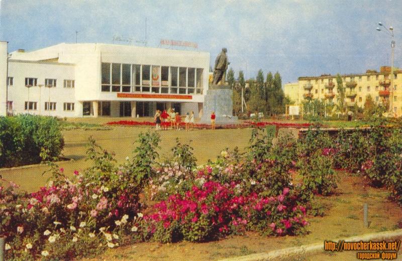 Памятник Ленину перед ДК на Донском