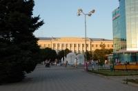 Фонтаны перед универмагом, на заднем плане — Новочеркасское Высшее Военное Командное Училище Связи