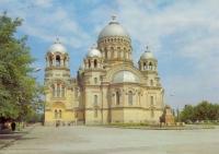 Собор, справа - памятник Бакланову
