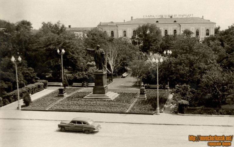 Памятник Ленину на пересечении Московской и Платовского, вид с бывш. гостиницы Южной