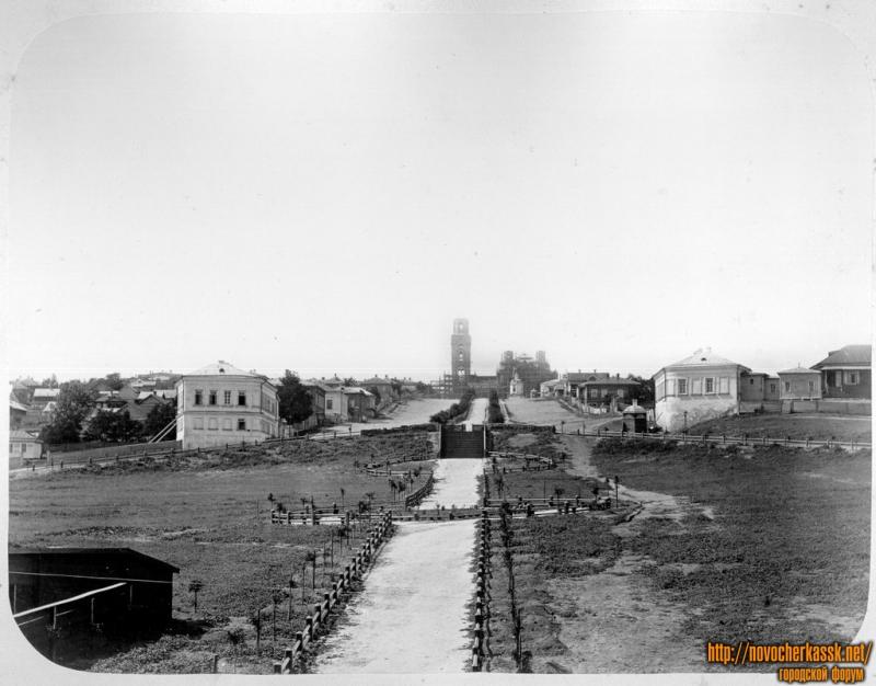 Крещенский (Красный) спуск. На фоне - строительство собора