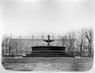 Фонтан  в Александровском парке. Позади - Атаманский дворец