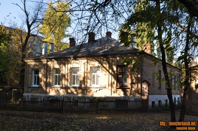 Дом в глубине Народной, 62, рядом с музеем Калмыкова