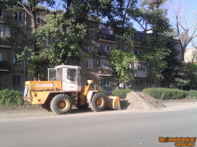 Уборка грязи с обочин улицы Буденновской, 1 июня 2011 г.