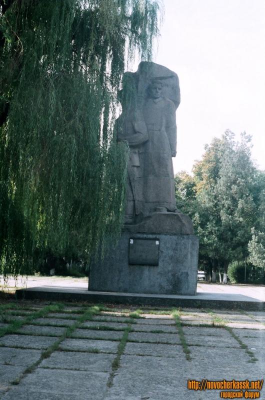 Пл. Троицкая. Памятник Подтелкову и Кривошлыкову. 25 августа 2004 г.