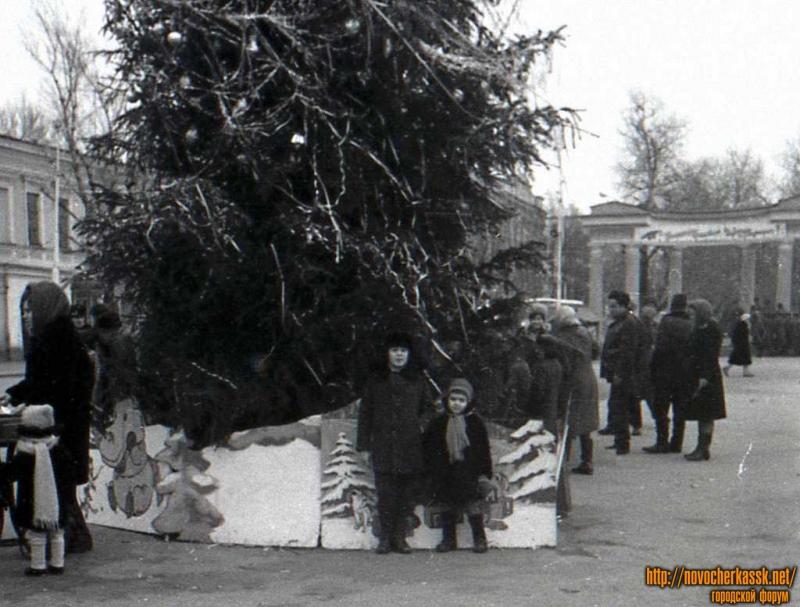 Пересечение Платовского и ул. Московской. Новый год 1971-1972.
