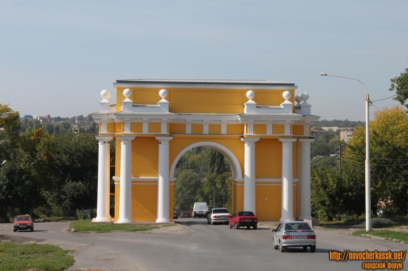 Отреставрированная трумфальная арка на проспекте Платовском