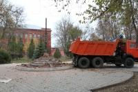 Снос памятника в сквере для реконструкции