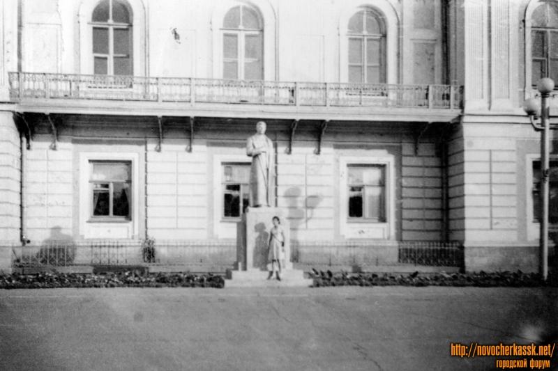Атаманский дворец и памятник Сталину