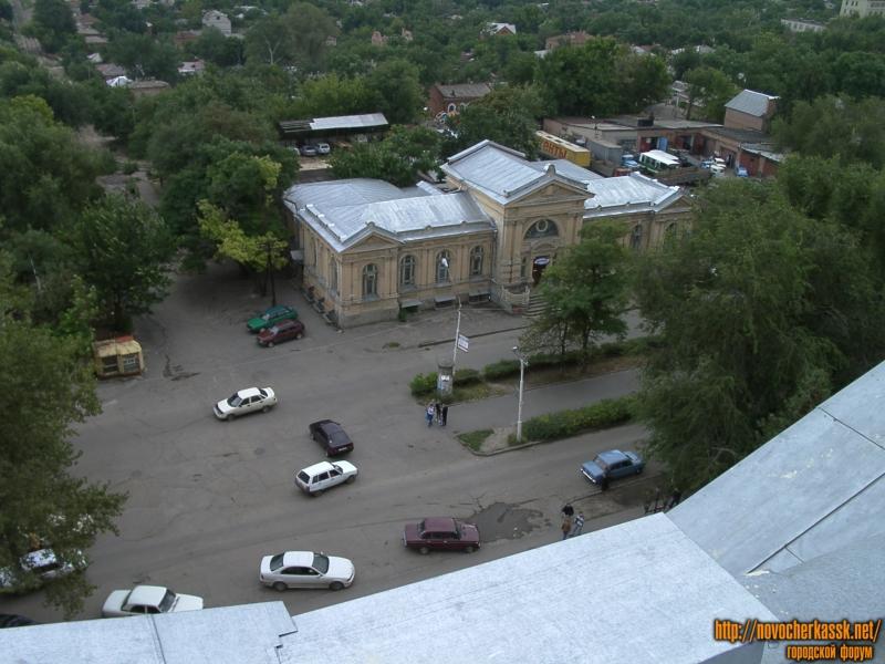 Площадь перед главным корпусом НПИ