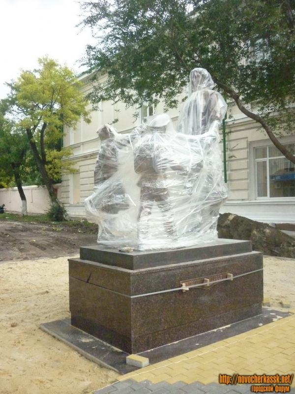 Установка памятника на углу Просвещения и Ермака, около 3-й школы