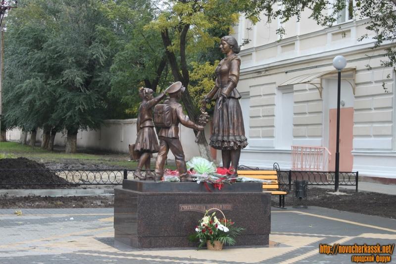 """Памятник """"Учительница первая моя"""", проспект Ермака"""