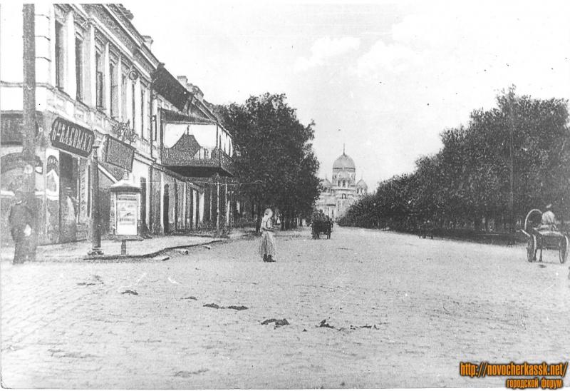 Угол Московской и Платовского, в сторону собора