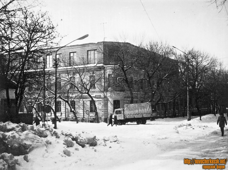 Здание школы №5 (угол Атаманской и Лебедя)