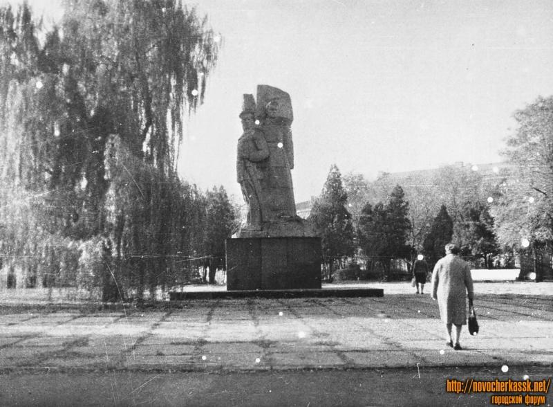 Памятник Подтелкову и Кривошлыкову. Площадь Троицкая (Революции)