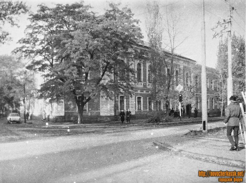 Здание городской поликлиники. Проспект Ермака, 57