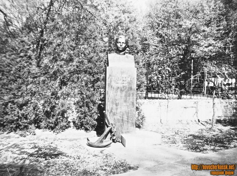 Памятник Герою Советского Союза Галине Петровой. Улица Просвещения, 132