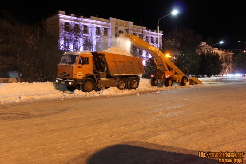 Уборка снега на Платовском проспекте
