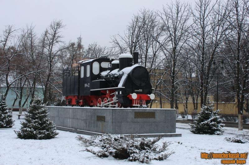 Паровоз 159 серии на постаменте перед заводоуправлением НЭВЗ. Улица Машиностроителей