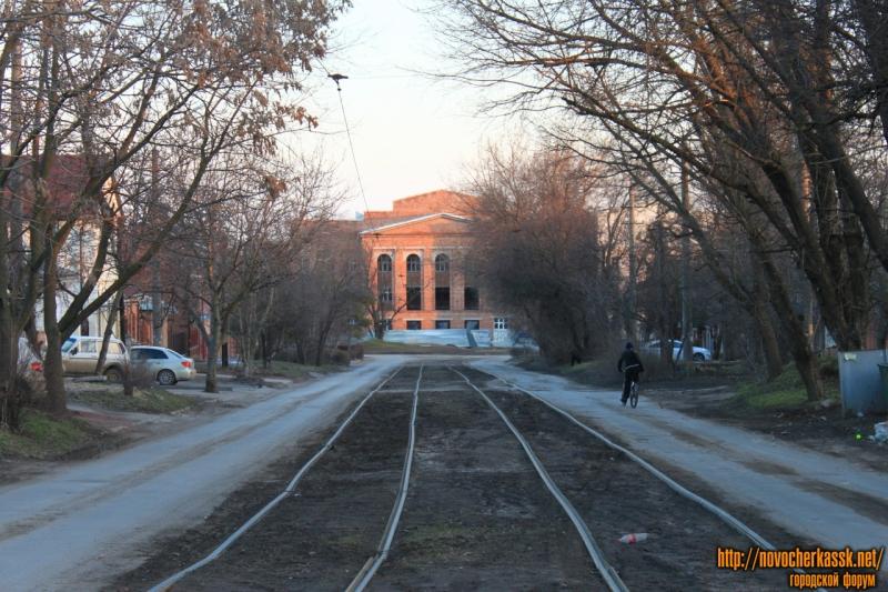 Переулок имени Галины Петровой. Вид на строящийся учебно-методический корпус ЮРГПУ (НПИ)