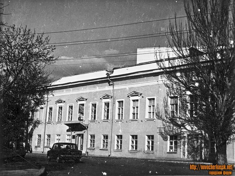 Площадь Ермака, 1. Дом офицеров. Бывший архирейский дом