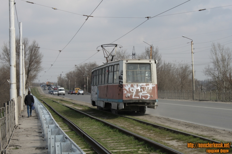 Трамвай на мосту через реку Тузлов