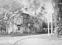 Дом на углу Просвещения, 98 и пр. Ермака