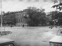Угол Александровской, 54 и Красного спуска. На этом здании было водружено знамя при освобождении Новочеркасска