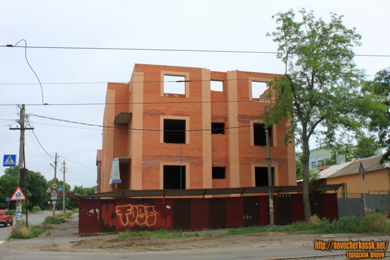 Строительство дома на углу Энгельса и переулка Галины Петровой