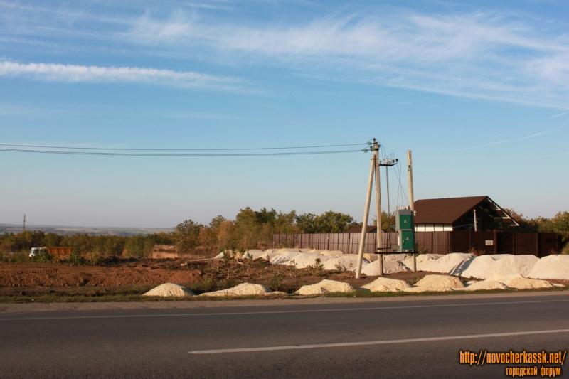 Строительство на выезде из города (напротив стеллы)