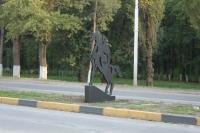 Памятник казаку вдоль рощи на проспекте Баклановском
