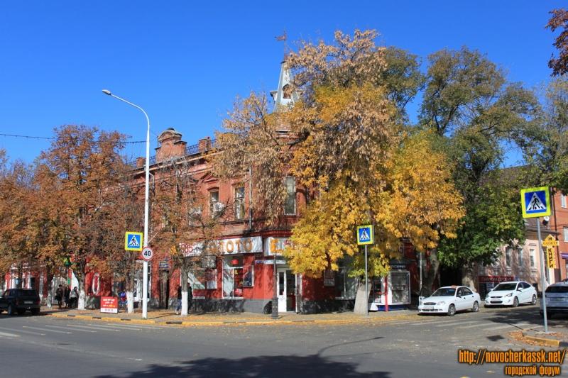 Угол Московской, 28 и Красноармейской, 22. Бывший магазин «Изюминка»