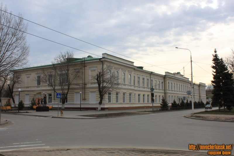 Проспект Ермака, 98. Школа №3 имени Атамана М. И. Платова