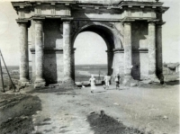 Спуск Герцена. Триумфальная арка. Фотография времен оккупации