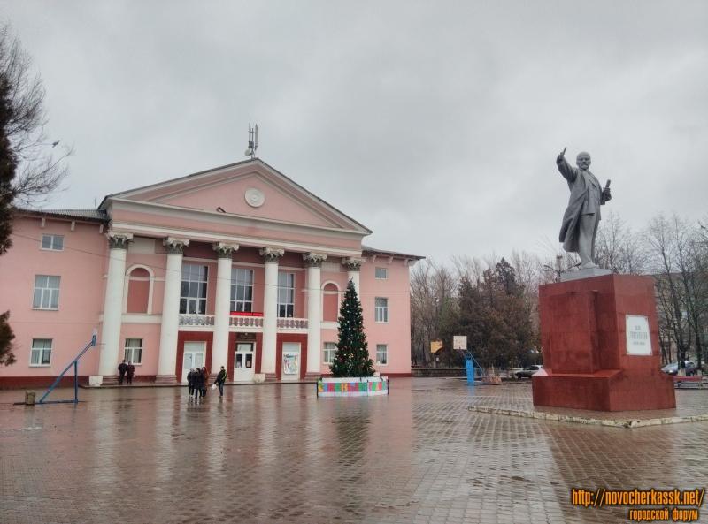 Дом Культуры микрорайона Октябрьский и памятник Ленину в Новый год