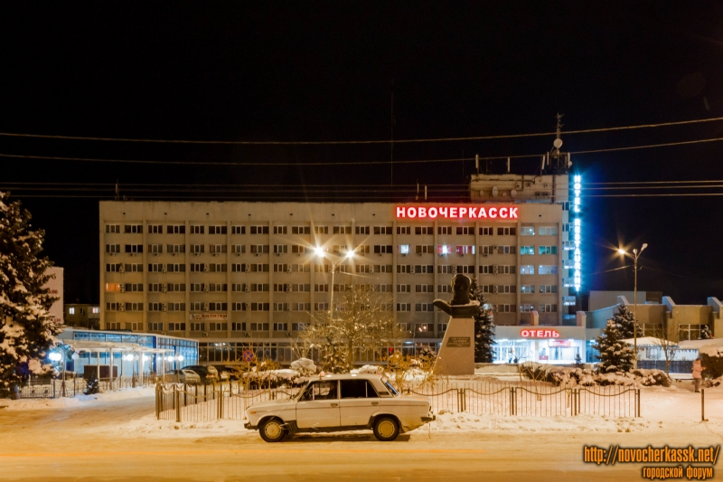 Гостиница Новочеркасск и памятник Ю.А. Гагарину