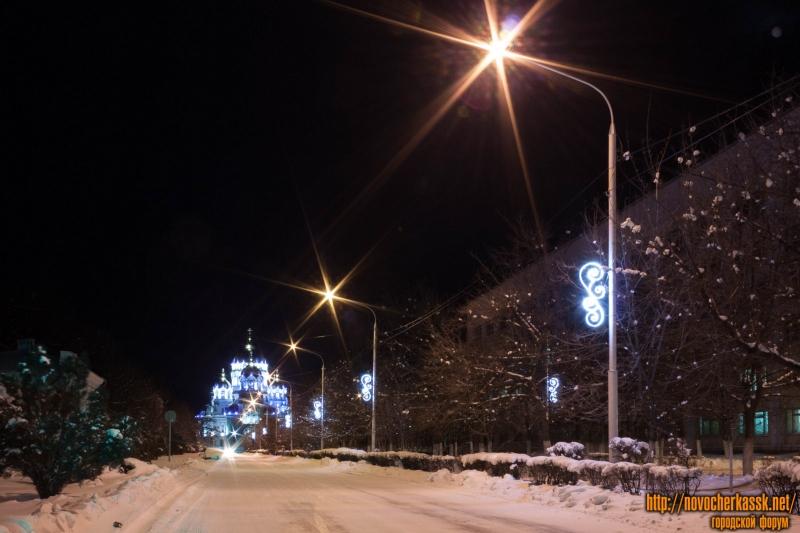 Проспект Платовский с новогодними украшениями и собор