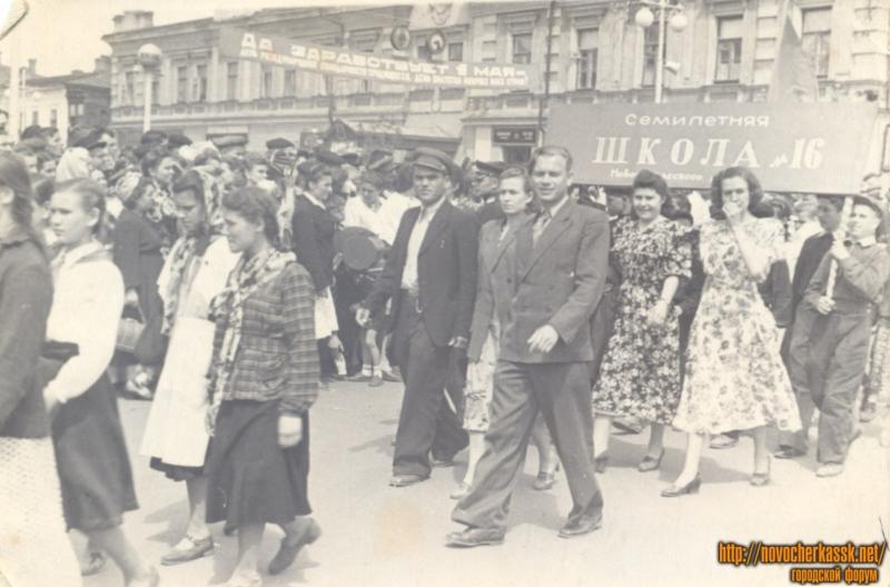 Демонстрация учителей 16й школы. Проспект Платовский/Московская