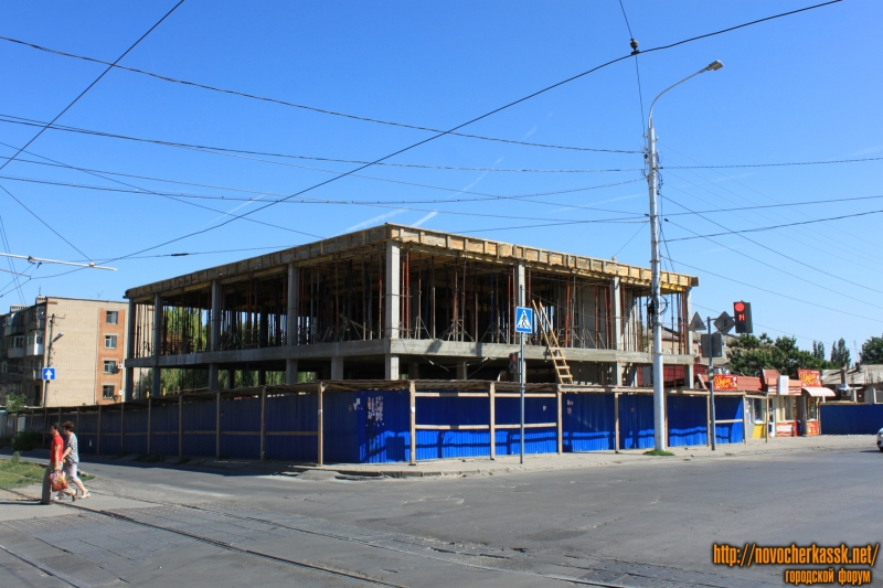 Строительство ТЦ на углу Баклановского и улицы Крылова